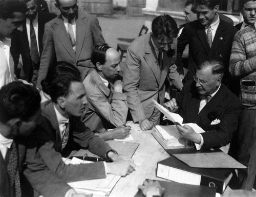 Scoala Gusti Consfătuirea conducerii monografiei (1929). De la stânga la dreapta,%0Aaşezaţi la masă: H.H. Stahl, Constantin Brăil%0A