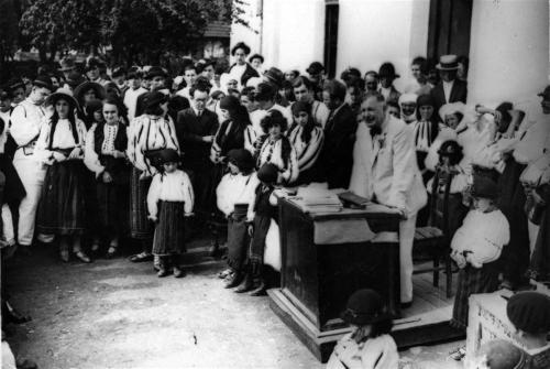 Dimitrie Gusti ţinând o cuvântare în faţa satului (Drăguș, 1929)