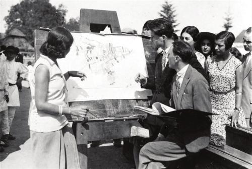 Xenia Costa-Foru, Traian Herseni, H.H. Stahl în faţa hărţii satului, înconjuraţi de ceilalţi monografişti  (Drăguş 1929)