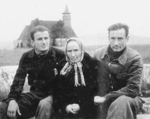 Valeriu Gafencu cu mama sa şi Ioan Ianolide în lagărul de muncă de la Galda 1946